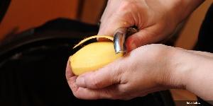 3 Tips Sederhana Mengupas Kentang Supaya Tidak Hitam